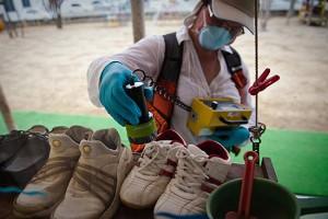 Especialista em radiação do Greenpeace checa o nível registrado em escola da cidade de Fukushima