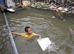 Garoto brinca em área inundada em Bangcoc, na Tailândia; país está em 37º lugar na lista dos países com maior risco - Sakchai Lalit/Associated Press