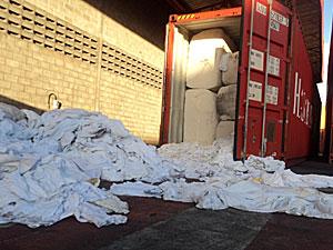Lixo hospitalar apreendido em contêiner em Suape (Foto: Divulgação / Receita Federal)