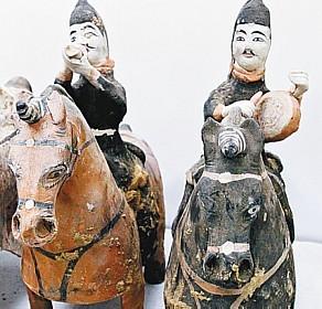 Artefatos encontrados na tumba - Tumba poderia pertencer a alguma importante personalidade da época dos Dezesseis Reinos, que regeram o norte da China durante um período em que o império oriental esteve dividido