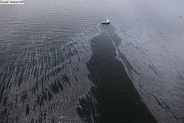 o governo está elaborando um plano de contingência para enfrentar grandes vazamentos de petróleo, como o que ocorreu este mês no Campo de Frade, na Bacia de Campos.