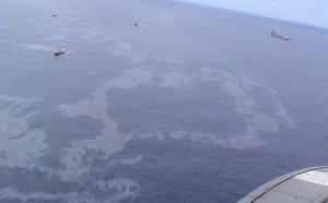 Imagem aérea mostra a mancha de petróleo no mar, na bacia de Campos