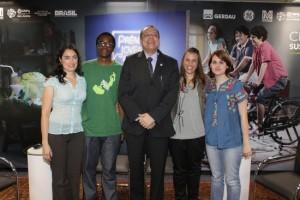 Da esquerda para a direita, os premiados Alejandra Jimenez (DF), Kaiodê Biague (MG), Uende Gomes (MG), o presidente do CNPQ, Glaucius Oliva, e Ana Gabriela Ramos (SP). Note-se que 8 dos 9 premiados individuais são mulheres. foto: Ricardo Marques