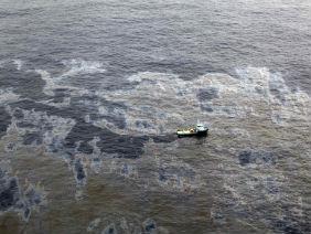 Vista aérea da mancha de óleo no Rio de Janeiro - Reuters