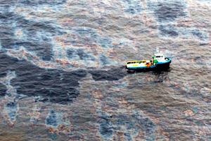Vazamento em navio despeja 10 mil litros de óleo em Ilha Grande