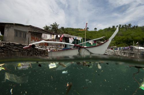É isso que você verá em frente a uma vila de pescadores em Anilao, Batangas, Filipinas. Lixo e plástico boiando ao redor. © Peri Paleracio/Marine Photobank
