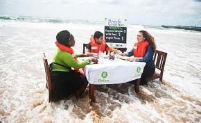 Imagem: Integrantes da ONG Oxfam fazem protesto bem-humorado em Durban, em referência às consequências das mudanças climáticas e falta de ações dos líderes/ Ainhoa Goma/Oxfam