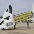 Brasília amanheceu hoje (6) com uma manifestação contra a aprovação do novo Código Florestal. Na Praça dos Três Poderes, representantes do Greenpeace inflaram um balão gigante em formato de motosserra, […]