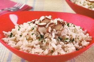 Risoto de arroz integral com amêndoas - Comer legumes evita o câncer no cólon, arroz integral e frutos secos também combatem a doença