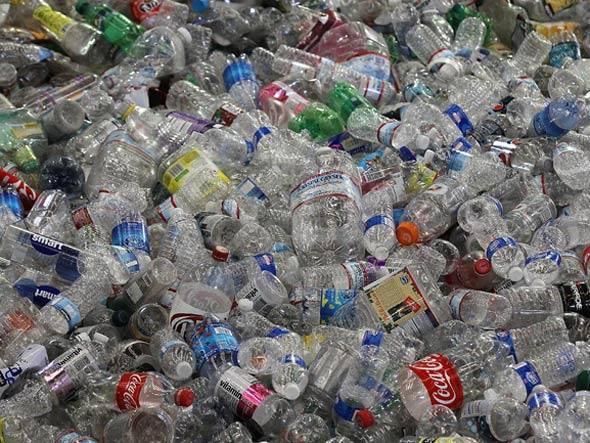 Embora a razão por trás da construção com garrafas tenha sido a escassez de dinheiro, a reutilização deste material ajudou a não descartar grande quantidade de resíduos plásticos