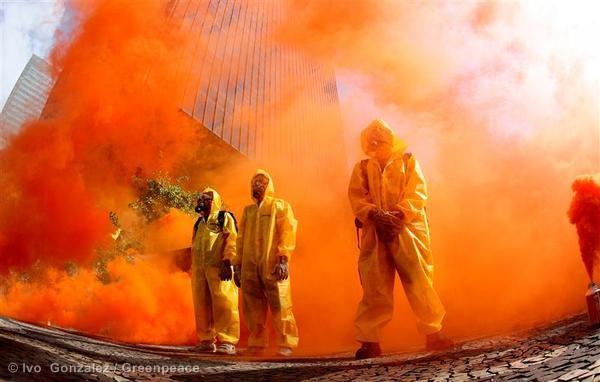 Ativistas protestam na sede do BNDES pedindo o fim do financiamento da usina nuclear de Angra 3. ©Ivo Gonçalves/Greenpeace
