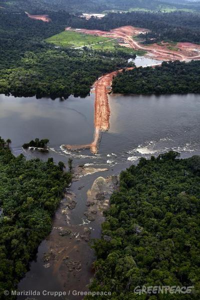 Governo planeja construir 63 usinas hidrelétricas em diversas bacias hidrográficas da Amazônia. Altamira vive as consequências geradas pelo aumento populacional: faltam escolas, hospitais e saneamento básico para a população.