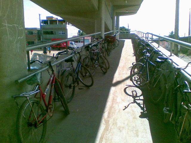Na falta de um bicicletário, os usuários improvisam um ao longo das rampas de acesso a estação de Cajueiro Seco. Foto: José Augusto de Souza