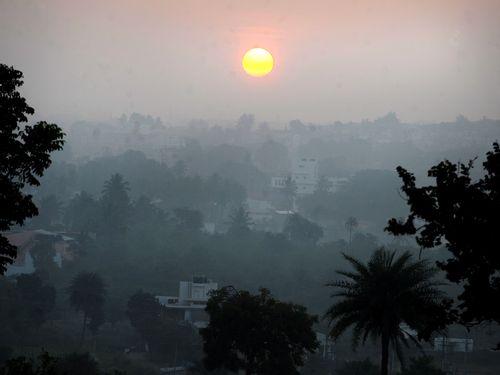 Poluição cria nevoeiro sobre a cidade indiana de Bangalore: diferença química entre emissões naturais e as produzidas pelo homem   Leia mais sobre esse assunto em http://oglobo.globo.com/ciencia/nova-tecnica-permite-identificar-fontes-de-emissoes-de-gases-estufa-4695631#ixzz1siZXK9ma  © 1996 - 2012. Todos direitos reservados a Infoglobo Comunicação e Participações S.A. Este material não pode ser publicado, transmitido por broadcast, reescrito ou redistribuído sem autorização.