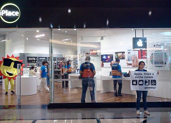 Ação do Greenpeace no Shopping Eldorado em frente à loja da Apple