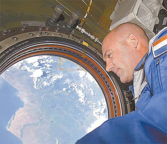 O astronauta andré Kuipers, que participou, no espaço, da apresentação do relatório