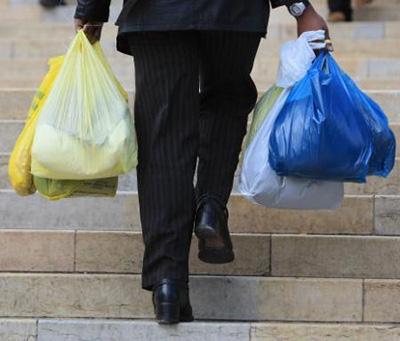 Cientistas analisam a degradação das sacolas de supermercados