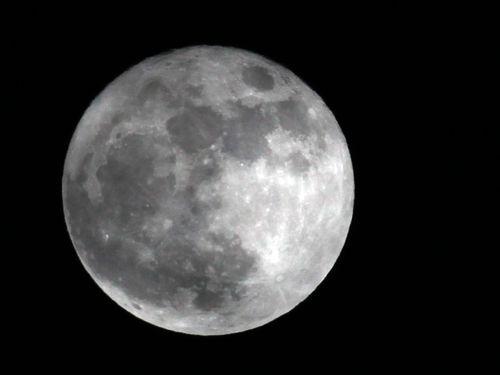 """Imagem da última """"Superlua"""", ocorrida em 19 de março de 2011: neste sábado, satélite poderá parecer até 14% maior e 30% mais brilhante   Leia mais sobre esse assunto em http://oglobo.globo.com/ciencia/superlua-atracao-no-ceu-neste-sabado-4811056#ixzz1u2Ggir9M  © 1996 - 2012. Todos direitos reservados a Infoglobo Comunicação e Participações S.A. Este material não pode ser publicado, transmitido por broadcast, reescrito ou redistribuído sem autorização."""