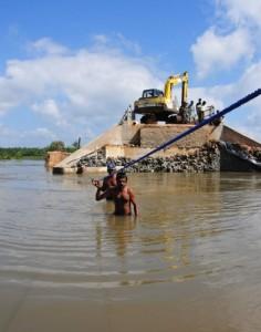As comunidades pobres são as mais prejudicadas pelos eventos meteorológicos, mas as menos informadas sobre a mudança climática. Foto: Amantha Perera/IPS