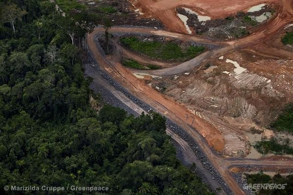 Parte da obra da hidrelétrica de Belo Monte, um dos controversos projetos do governo que burlam os direitos indígenas na Amazônia. (© Marizilda Cruppe / Greenpeace)