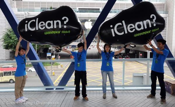 Ativistas em Hong Kong participaram da ação global na qual o Greenpeace foi até as lojas da Apple em oito países diferentes para pedir que a Apple limpe a iCloud © Clement Tang / Greenpeace
