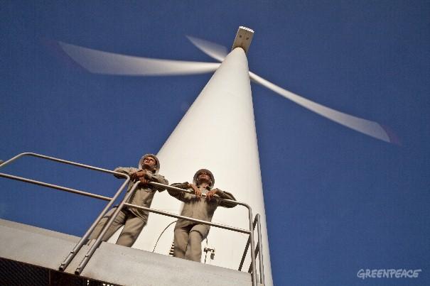 Torres eólicas em Osório (RS). Assim como foi feito com a energia eólica, é possível aumentar a presença da energia solar na matriz elétrica brasileira (©Greenpeace/Rogério Reis/Tyba)