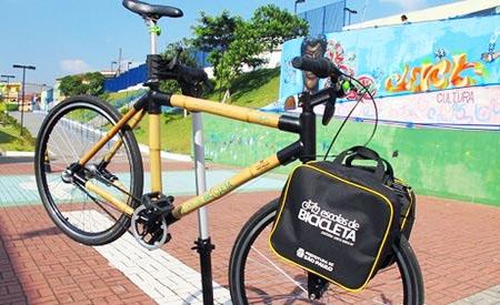 Alunos fazem bicicletas de bambu em centro educacional