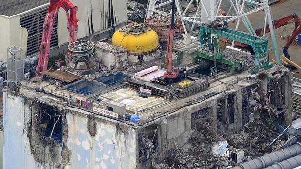 Foto aérea mostra guindaste trabalhando no reator danificado da usina de Fukushima (Foto: Kyodo News/AP)