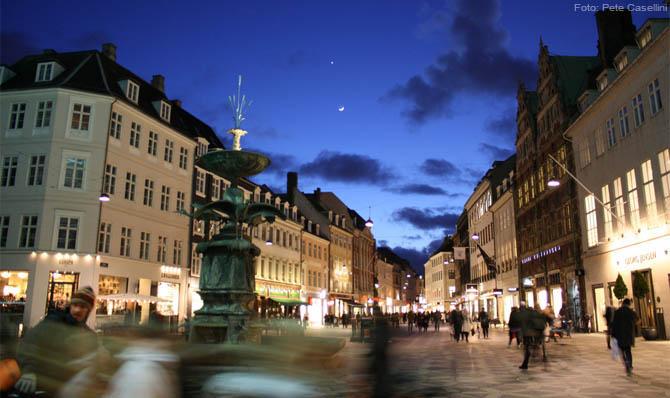Uma bela e animada noite em Strøget, Copenhague. Foto: Pete Casellini
