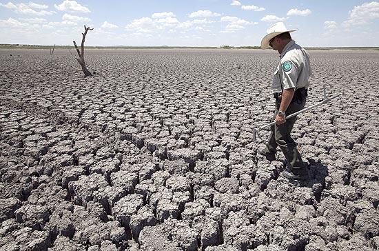 Polcial do Texas anda em leito de lago seco em San Angelo, em agosto de 2011, durante seca recorde