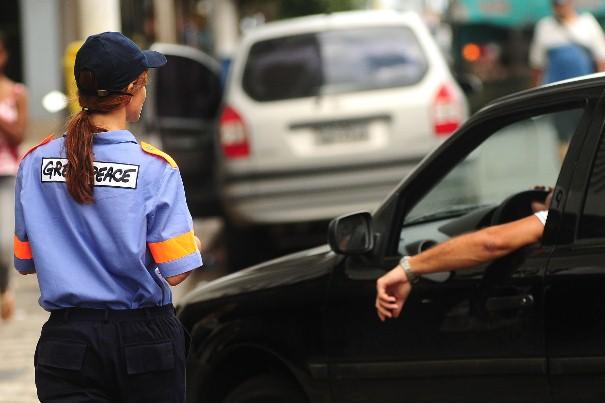 Voluntária 'multa' motorista por andar de carro sem carona, durante evento do Dia Mundial sem Carro em Salvador (BA), em 2009 (©Greenpeace/Lunaé Parracho)