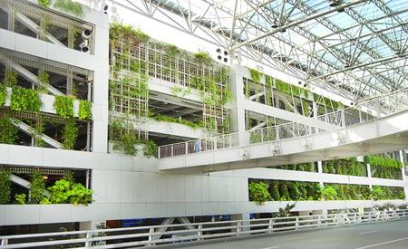A fachada do aeroporto é coberta por um jardim vertical | Fotos: Yuka Yoneda