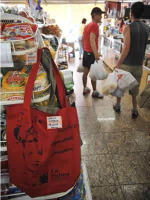 Em mercado de Brasília, fregueses preferem sacolas de plástico às de pano reutilizáveis, vendidas por R$ 10 a unidade (Foto: Fabio Rodrigues Pozzebom/ABr)