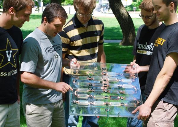 Estudantes mostram protótipo de painel de energia solar com célula de espinafre e silício (Foto: Universidade Vanderbilt/Divulgação)