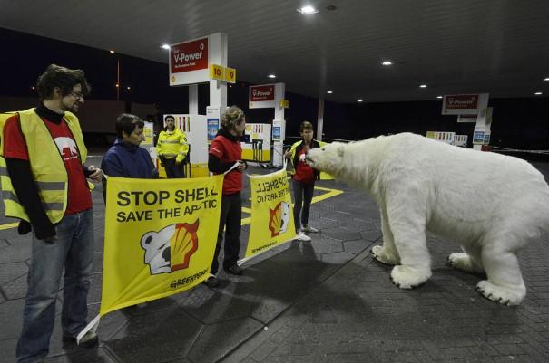 Ativistas protestam contra a Shell na Holanda. A empresa deu início às perfurações no Ártico em busca de petróleo no domingo, 9 de setembro. (©Michiel Wijnbergh/Greenpeace)
