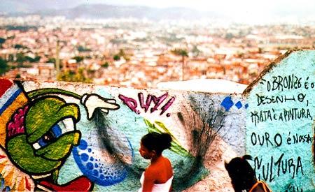 Evento artístico nos muros do Complexo do Alemão, no Rio de Janeiro. Foto: elisa finocchiaro