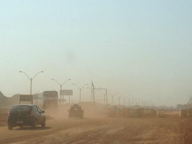 Poeira toma  conta da região onde acontecem obras em viaduto e trevo, na BR-364 (Foto: Larissa Matarésio/G1)