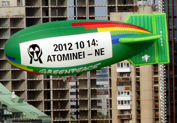 Na Lituânia, Greenpeace sobrevoa a cidade de Vilnius para protestar contra o referendo de desenvolvimento de energia nuclear. (©Greenpeace/Vidmantas Balkunas)