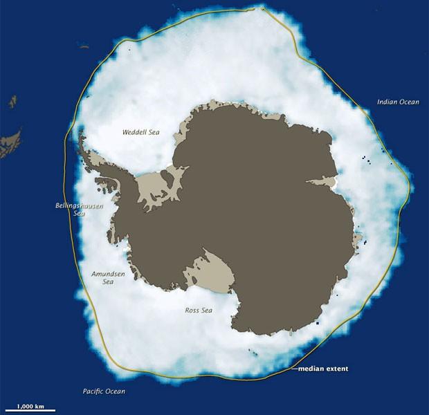 Mapa mostra congelamento ao redor da Antártica em 26 de setembro, dia de maior gelo; o traço amarelo mostra a extensão média de gelo registrado entre 1979 e 2000 na região (Foto: Divulgação/Nasa/NSIDC)