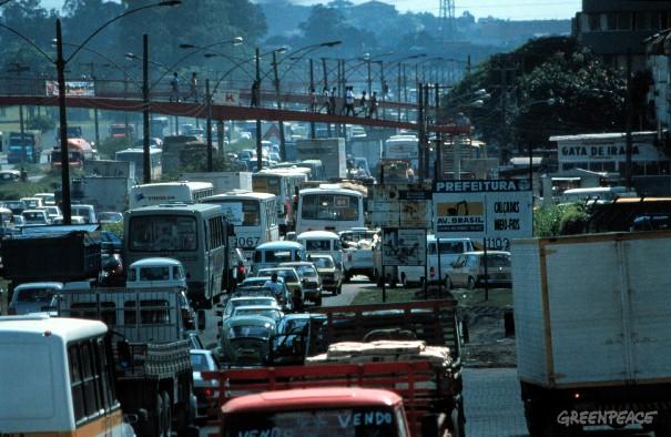Projeções do governo preveem que, em 2020, os carros individuais devem totalizar 64% do transporte brasileiro. Ou seja, mais engarrafamento e mais emissões (©Karsten Smid/ Greenpeace).