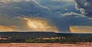 Não. As gotas de chuva arrastam partículas soltas no ar. E muitas delas são poluentes altamente tóxicos