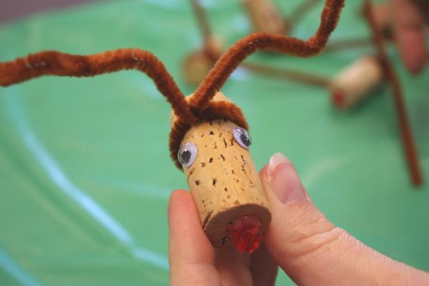 As rolhas usadas podem ser reaproveitadas e transformadas na base de um enfeite de natal. | Imagem: Chica and Jo