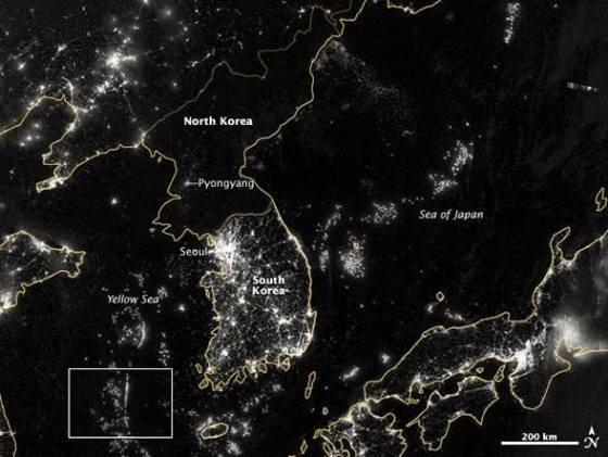 Imagem feita por satélite mostra a falta de infraestrutura energética de um país que optou pelo uso militar da energia nuclear em detrimento do uso civil para geração de eletricidade