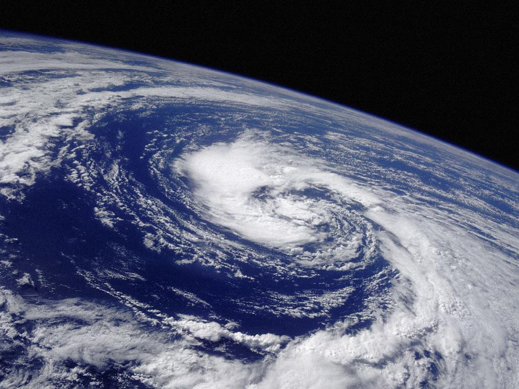 """Um novo estudo publicado no último mês no periódico Geophysical Research Letters revelou que tempestades fortes como furacões poderão se tornar 25 vezes mais prováveis na Europa até o final o século devido às mudanças climáticas. A pesquisa, desenvolvida pelo Instituto Real de Meteorologia da Holanda (KNMI), afirma que, atualmente, os furacões costumam começar a se formar no oeste do Oceano Atlântico, onde a temperatura da superfície do mar fica acima dos 27ºC. Por isso, a ocorrência do fenômeno é maior nessa região. Entretanto, até o final do século, as temperaturas superficiais da parte oriental do Oceano Atlântico, mais próxima do continente europeu, devem aumentar, dando impulso ao fenômeno por mais tempo e tornando mais provável que ele chegue até o outro lado do Atlântico. """"Muitas simulações de modelo sugerem que a força dos furacões aumentará devido às mudanças climáticas. A área onde os furacões se desenvolvem parece se mover em direção aos polos e a umidade contida em uma atmosfera mais quente aumentará. Esses fatores podem alterar a possibilidade de que esses resquícios de furacões ainda estejam fortes o suficiente para produzir ventos com força de furacão"""", comentou Rein Haarsma, do KNMI. Para chegar a essa conclusão, os cientistas analisaram modelos de alta resolução, mas Haarsma reconheceu que o estudo ainda está em seus estágios iniciais, e portanto ainda não há como saber exatamente qual será a duração dos furacões. No entanto, os pesquisadores já sabem que, no futuro, os ventos criadores de furacões se tornarão mais frequentes aproximadamente no período de outono do Hemisfério Norte (agosto-outubro), em vez de no inverno, como acontece atualmente. Para se ter uma ideia, estima-se que até o final do século a Europa possa passar por 17 tempestades com força de furacão por cada temporada anual. """"A declaração de que o clima na Europa Ocidental não mudará significativamente é questionável. Mudanças significativas no clima terão consequências para a agricu"""