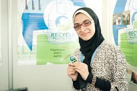 Egípcia de 16 anos transforma plástico em biocombustível