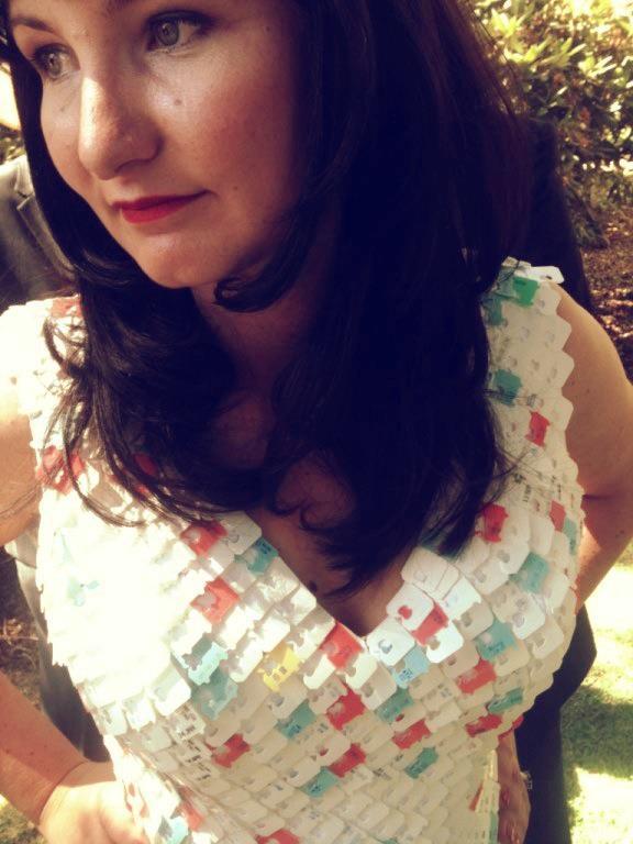 Stephanie Watson é estilista e criou seu próprio vestido, feito inteiramente com clipes usados para fechar as embalagens de pão em seu país. | Foto: Divulgação