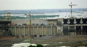 Usina Hidrelétrica de Balbina em construção. Crédito: International Rivers
