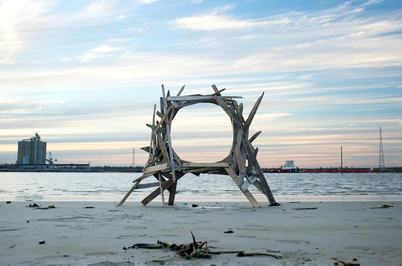 Artista usa lixo encontrado nas praias para fazer esculturas