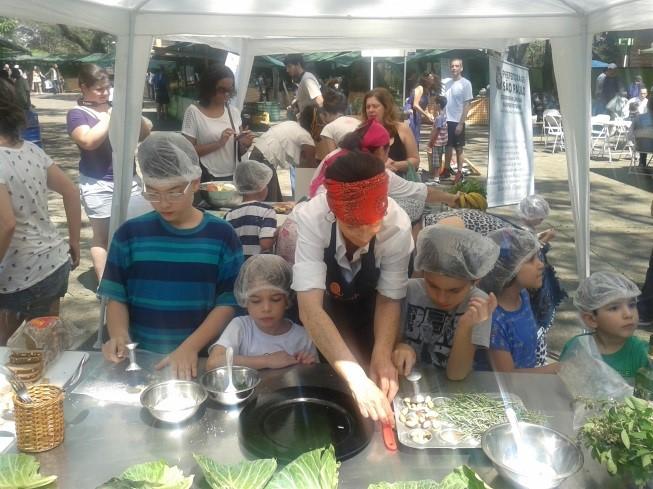 Crianças aprendem a cozinhar na Feira de orgânicos no Parque do Ibirapuera, em São Paulo