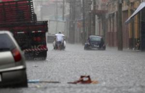 O CGE (Centro de Gerenciamento de Emergências) colocou praticamente a cidade inteira em estado de atenção para inundações. Só a zona sul não registra neste momento pontos de alagamento.